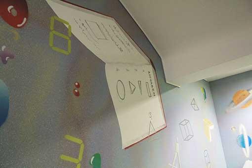 Geometrischeformen, Rechenaufgaben und Zahlen schweben mit den Büchern über die Mathewand
